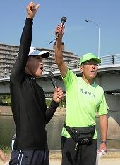 左が芦屋浜ACの宗政会長、右は武庫川SCの加藤事務局長