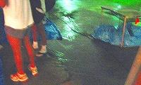 足元まで流れてきた雨水