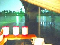 橋の隙間からも勢いよく落ちる雨水