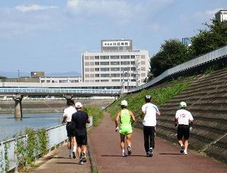 安威川上流に向かって走る五人