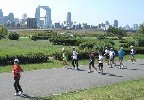 淀川河川敷を走るメンバーたち