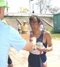 男子優勝の松本明さん