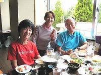 左から坂本さん、三田市在住でねぎらいに訪れた山田美由紀さん、熊吉さん