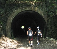 真っ暗なトンネルに入る