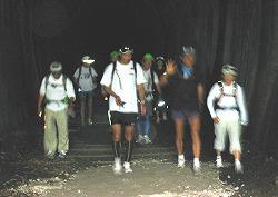 真っ暗なトンネルの中を歩く