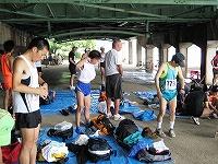 雨のため選手は武庫川駅の高架下が控え場所