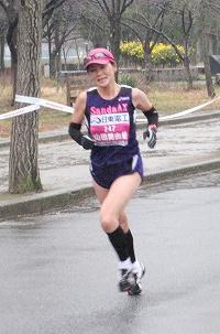 大阪城公園内コースを走る山田美由紀さん
